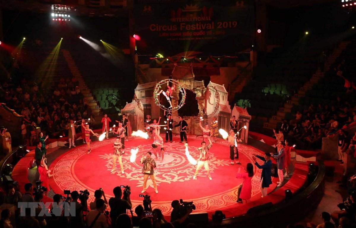 Các nghệ sỹ Việt Nam biểu diễn chương trình xiếc chào mừng khai mạc liên hoan. (Ảnh: Thanh Tùng/TTXVN)