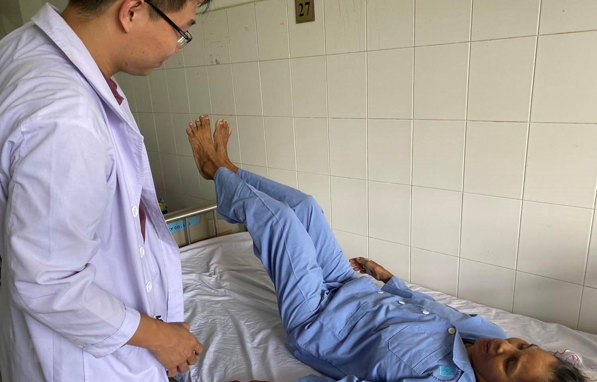 Bệnh nhân thực hiện đúng y lệnh của bác sỹ sau khi được phẫu thuật. (Ảnh: TTXVN phát)