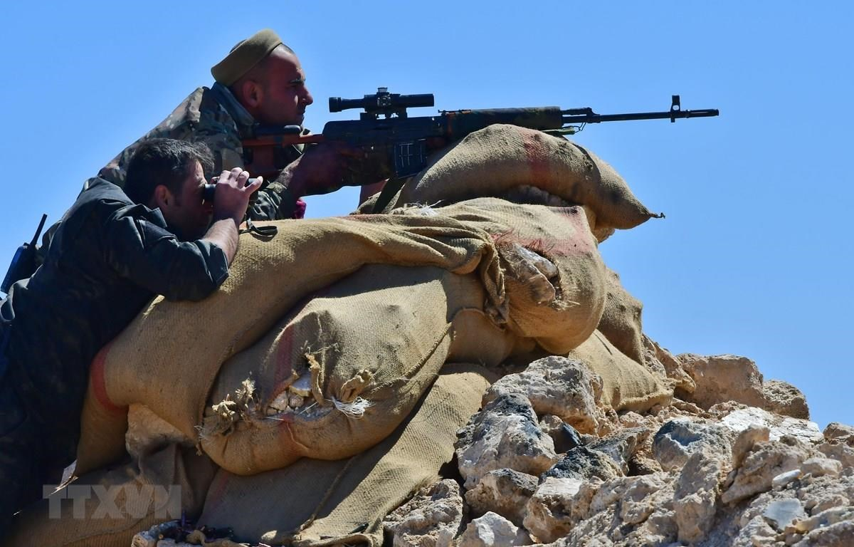 Các Lực lượng dân chủ Syria (SDF), nhóm vũ trang do người Kurd đứng đầu, trong chiến dịch tấn công tại làng Baghouz. (Ảnh: AFP/TTXVN)
