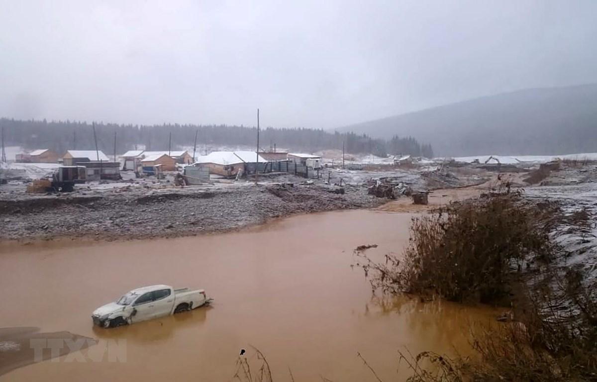 Ngập lụt sau vụ vỡ đập tại huyện Kuraginsky thuộc vùng Krasnoyarsk của Nga, ngày 19/10. (Ảnh: AFP/TTXVN)