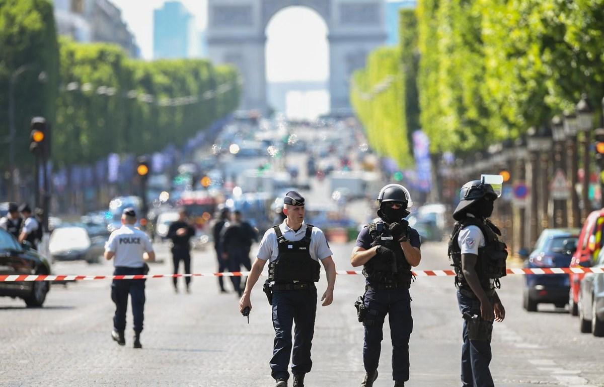 Cảnh sát Pháp tuần tra tại một tuyến phố ở thủ đô Paris. (Ảnh: AFP/TTXVN)