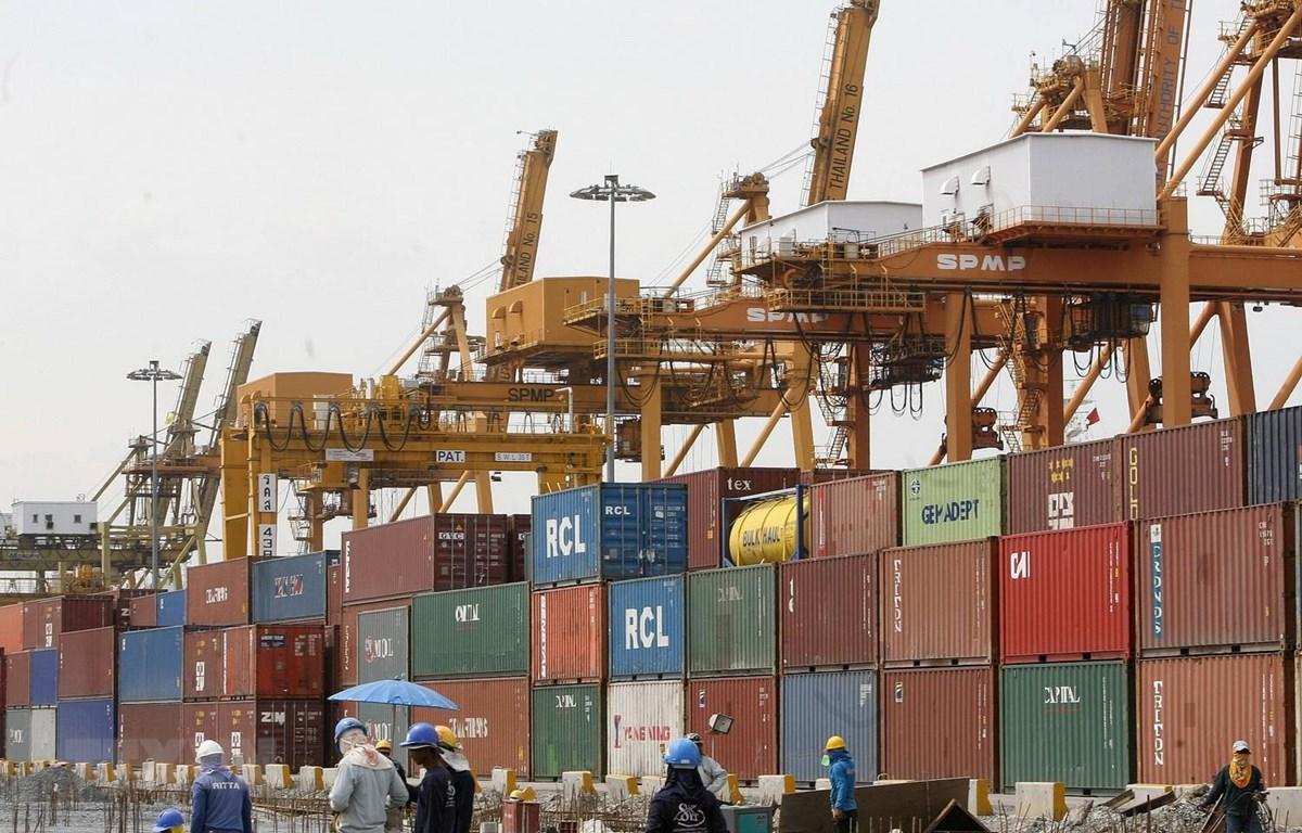 Hàng hóa được xếp tại cảng ở Bangkok của Thái Lan. (Ảnh: AFP/TTXVN)