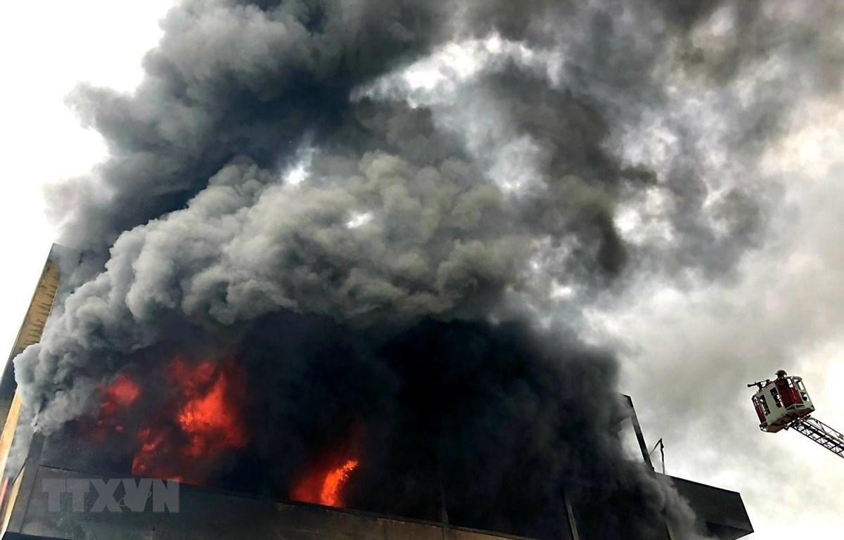 Cháy dữ dội tại nhà kho đệm mút. (Ảnh: TTXVN phát)