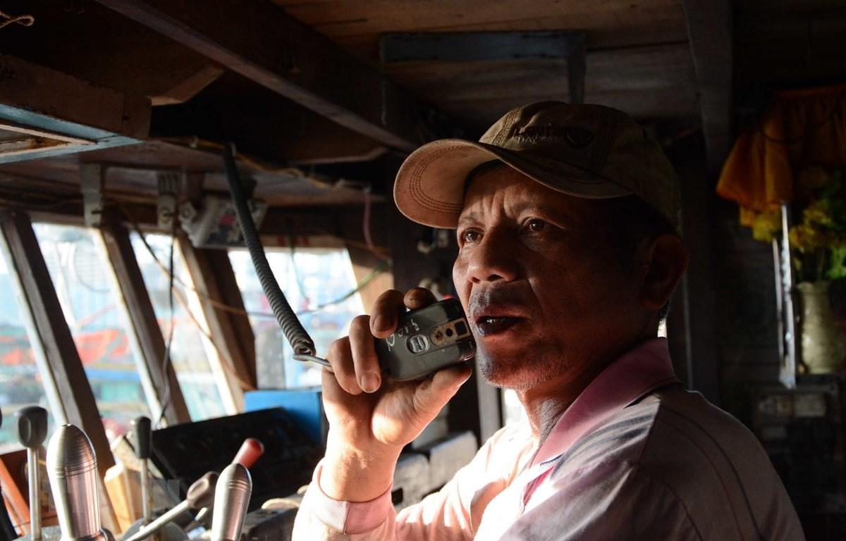 Thuyền trưởng Lê Văn Chiến chuẩn bị ra khơi. (Ảnh: Văn Dũng/TTXVN)