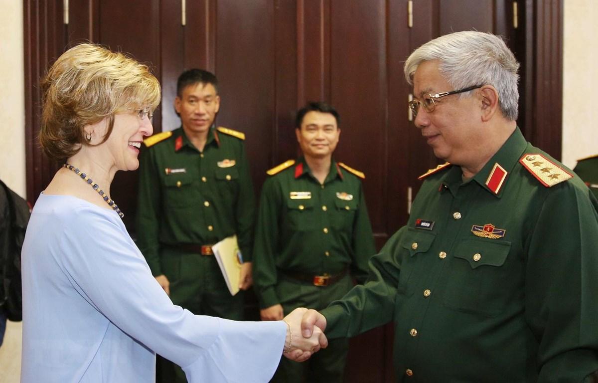 Thượng tướng Nguyễn Chí Vịnh tiếp bà Bonnie Glick, Phó Tổng Giám đốc toàn cầu Cơ quan Phát triển quốc tế Hoa Kỳ. (Ảnh: Dương Giang/TTXVN)