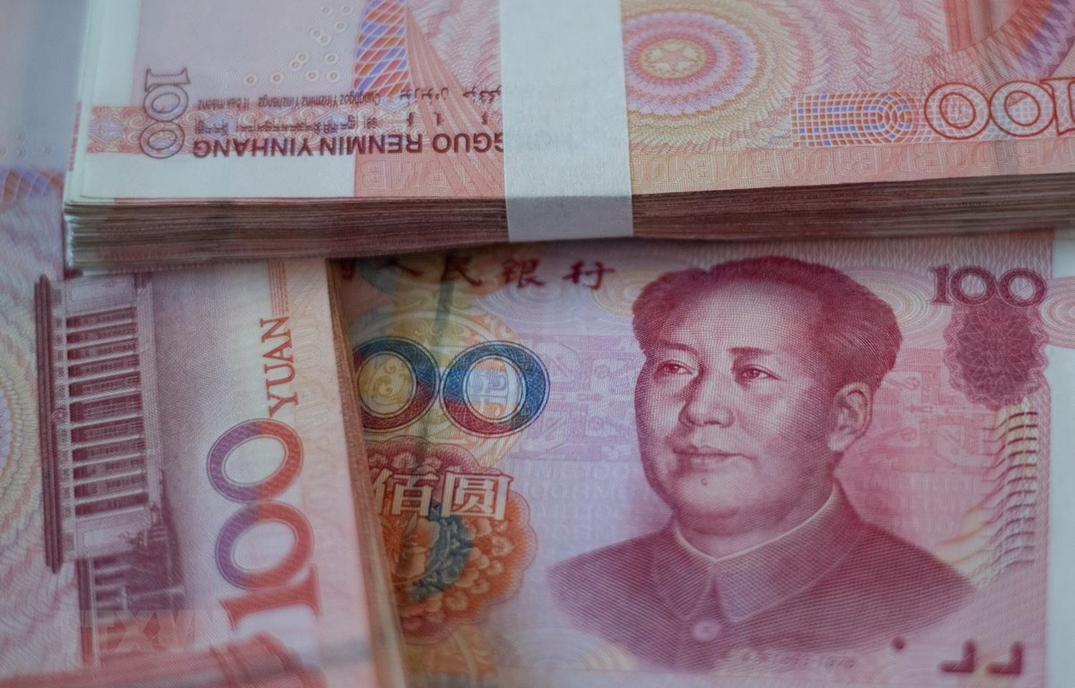 Đồng tiền mệnh giá 100 nhân dân tệ tại Bắc Kinh của Trung Quốc. (Ảnh: AFP/TTXVN)