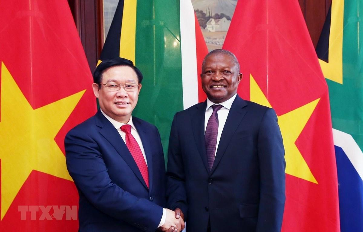 Phó Thủ tướng Chính phủ Vương Đình Huệ và Phó Tổng thống nước Cộng hòa Nam Phi David Mabuza. (Ảnh: Phi Hùng/TTXVN)