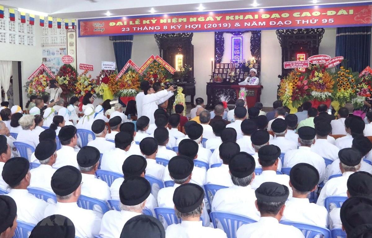 Tại TP.HCM, Ban Cai quản Nam Thành Thánh thất Cao Đài tổ chức Đại lễ kỷ niệm 93 năm ngày Khai đạo Đại Đạo Tam kỳ Phổ độ (23/8 năm Bính Dần tức 23/8 năm Kỷ Hợi). (Ảnh: Xuân Khu/TTXVN)