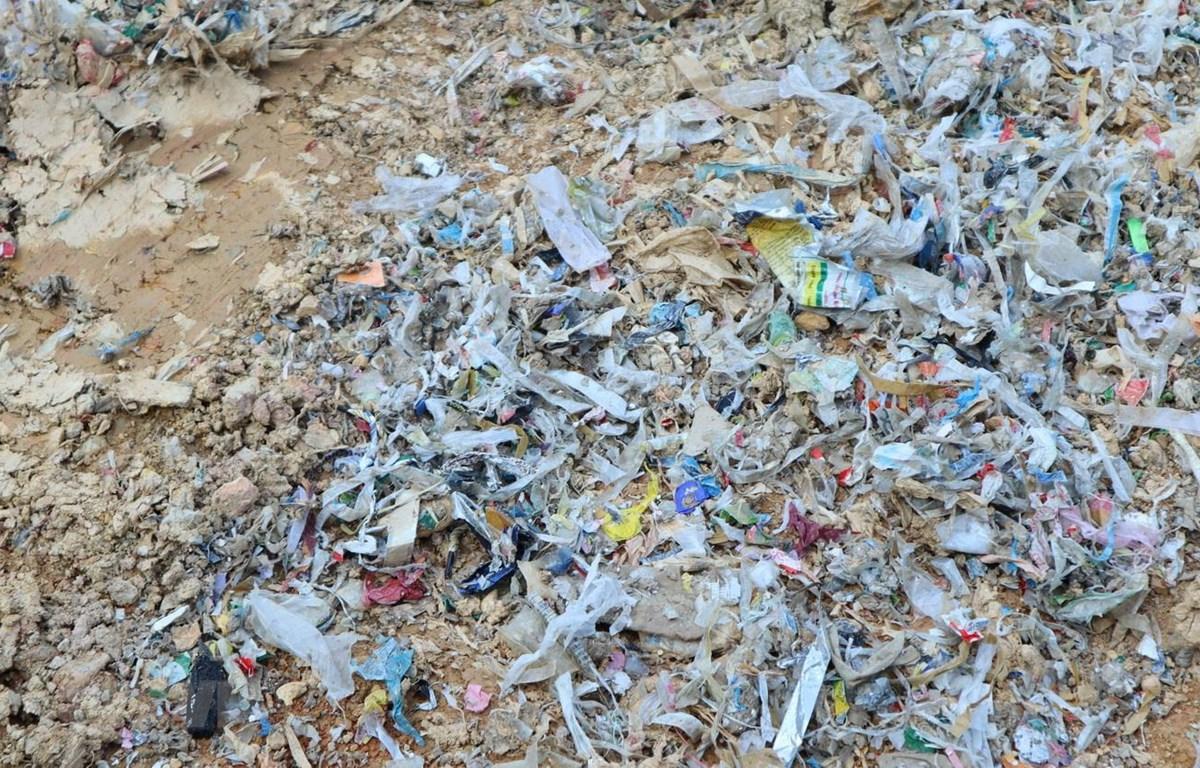 Hiện trường vụ đổ trộm hàng chục tấn rác thải. (Ảnh: Đậu Tất Thành/TTXVN)