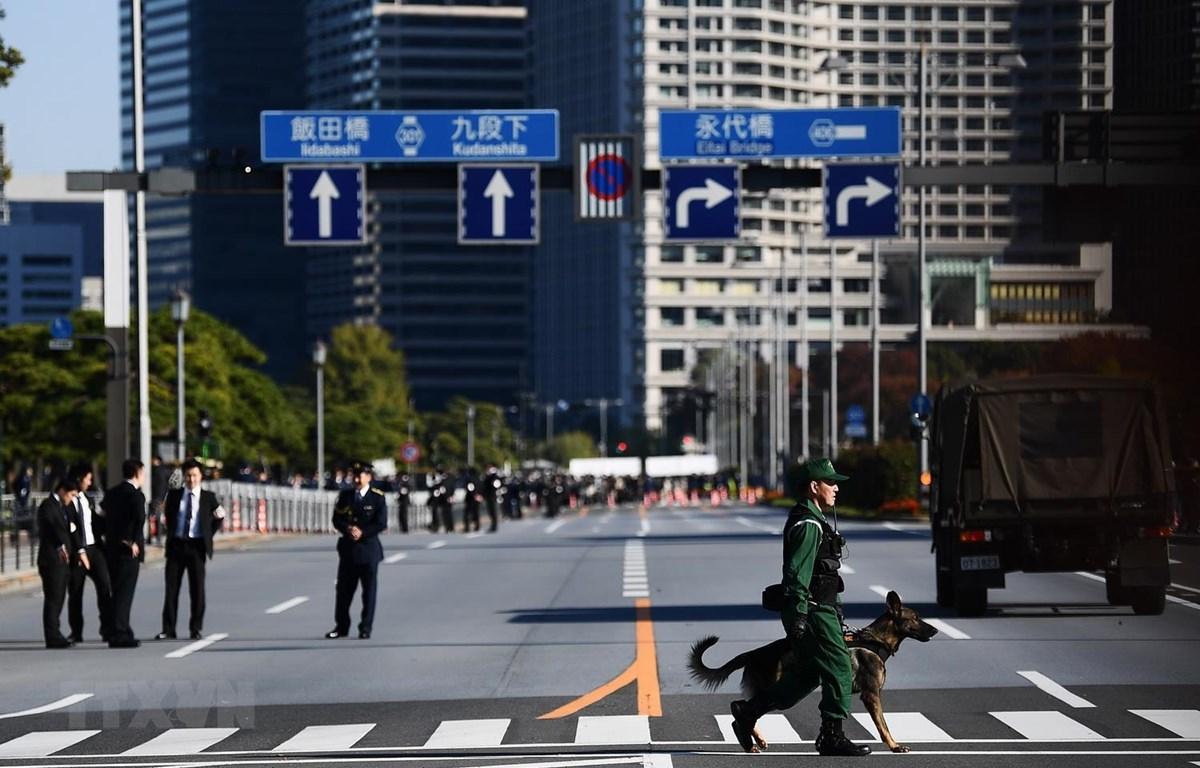 Cảnh sát Nhật Bản tăng cường an ninh tại thủ đô Tokyo. (Ảnh: AFP/TTXVN)