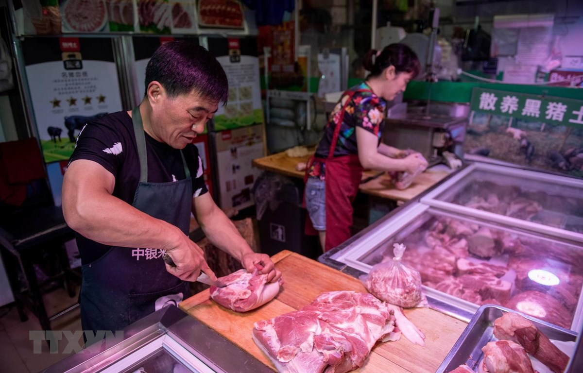 Một quầy bán thịt lợn tại chợ ở Bắc Kinh của Trung Quốc. (Ảnh: AFP/TTXVN)