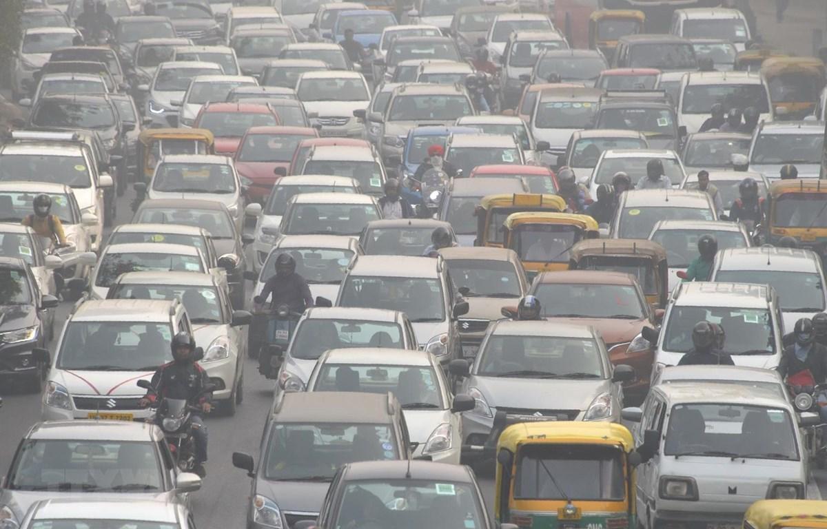 Các phương tiện di chuyển trên đường phố tại New Delhi của Ấn Độ. (Ảnh: AFP/TTXVN)