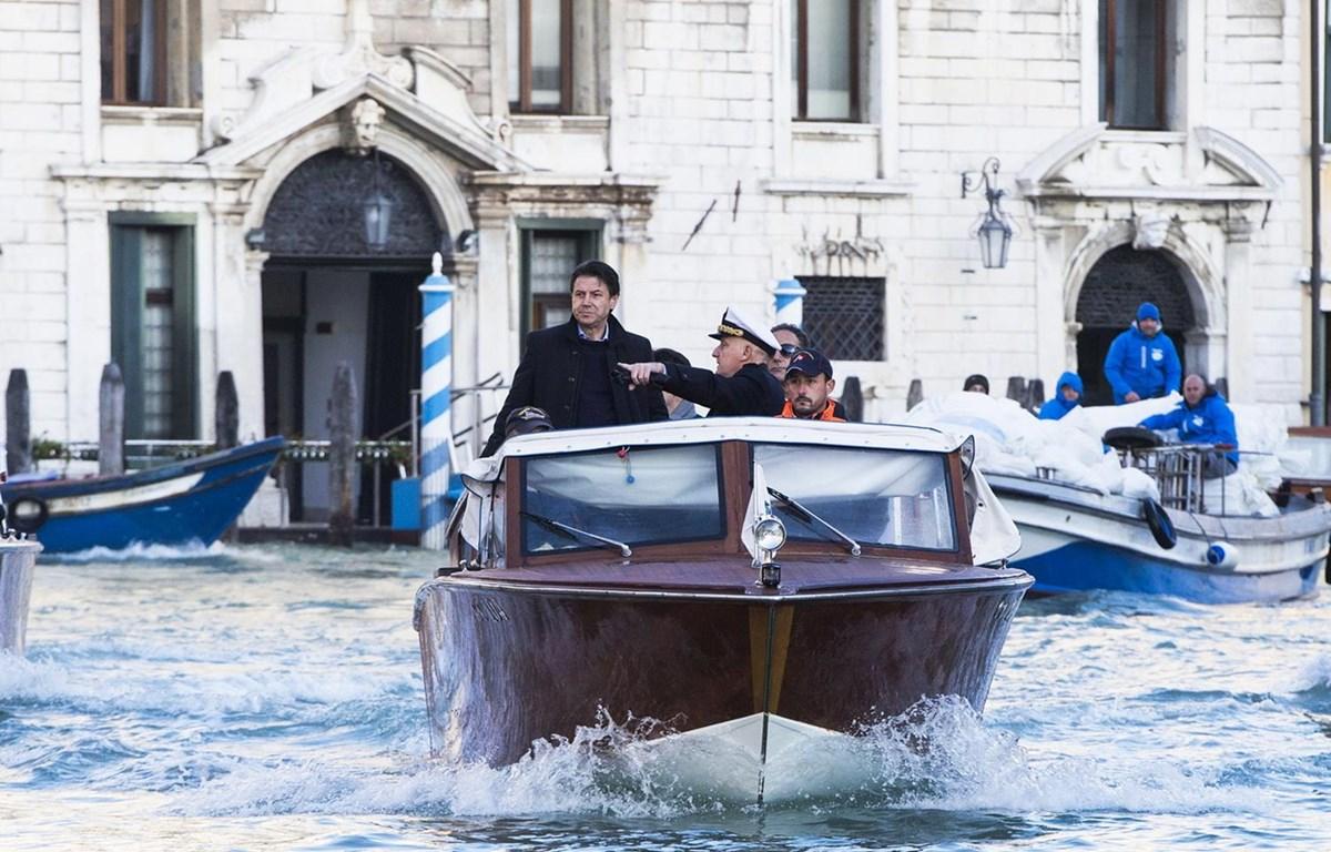 Thủ tướng Italy Giuseppe Conte (trái) thị sát các khu vực bị ảnh hưởng nghiêm trọng bởi đợt thủy triều dâng cao nhất trong 50 năm qua ở Venice, ngày 14/11. (Ảnh: AFP/TTXVN)