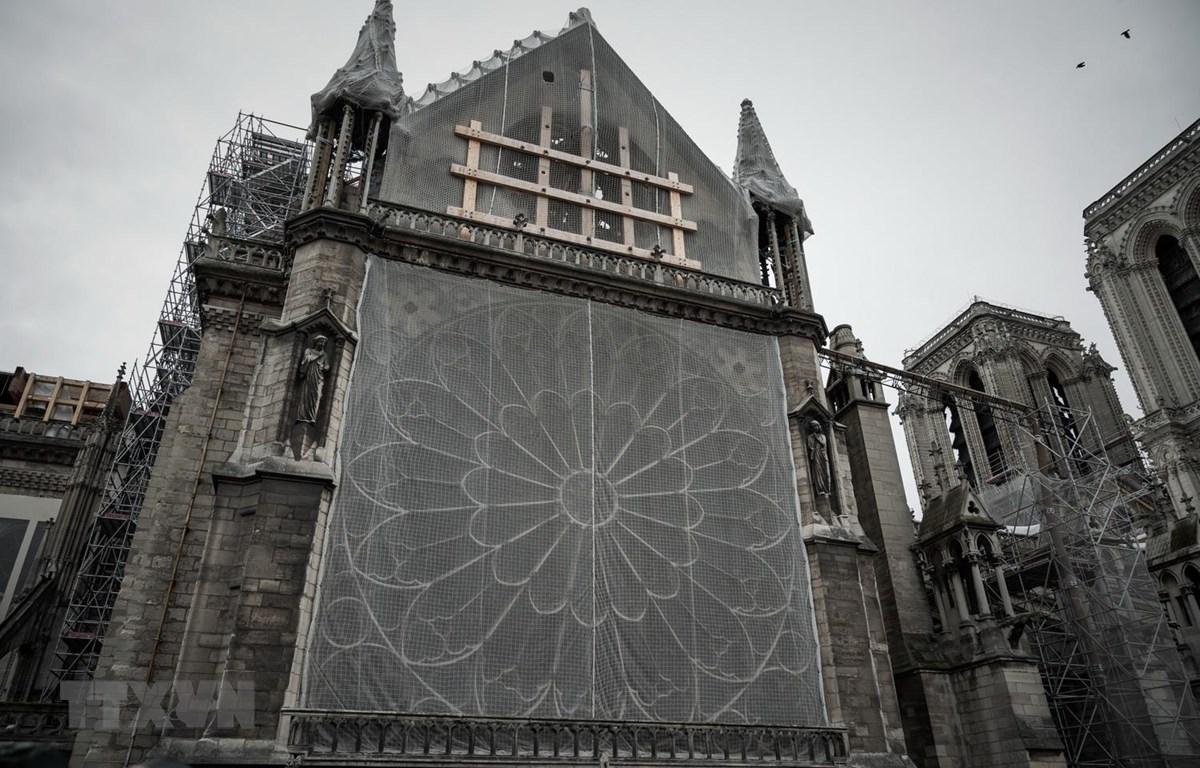Nhà thờ Đức bà Paris trong quá trình phục dựng, ngày 15/10 vừa qua. (Ảnh: AFP/TTXVN)