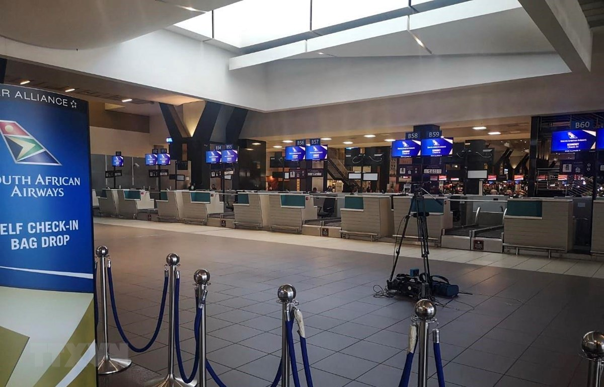 Quang cảnh vắng lặng tại quầy làm thủ tục của Hãng hàng không quốc gia South African Airways (SAA) trong sân bay OR.Tambo, thành phố Johannesburg. (Ảnh: Trương Phi Hùng/TTXVN)