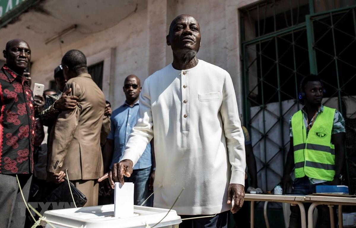 Tổng thống Guinea-Bissau Jose Mario Vaz bỏ phiếu tại điểm bầu cử ở Bissau ngày 24/11. (Ảnh: AFP/TTXVN)