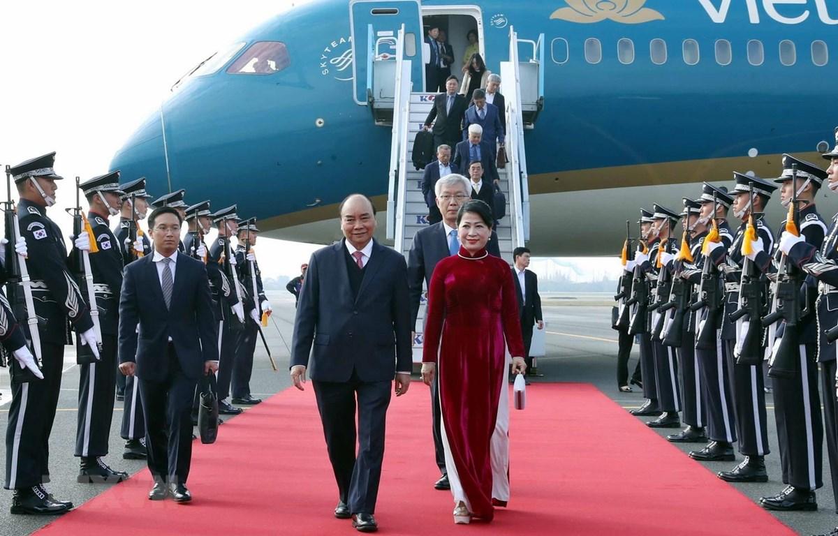 Lễ đón Thủ tướng Chính phủ Nguyễn Xuân Phúc và Phu nhân tại sân bay quân sự Gimhae, thành phố Busan. (Ảnh: Thống Nhất/TTXVN)