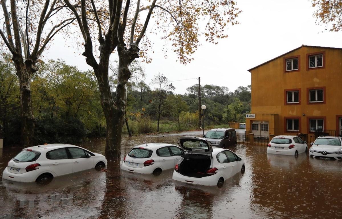 Cảnh ngập lụt tại Roquebrune-sur-Argens, Đông Nam nước Pháp ngày 23/11. (Ảnh: AFP/TTXVN)