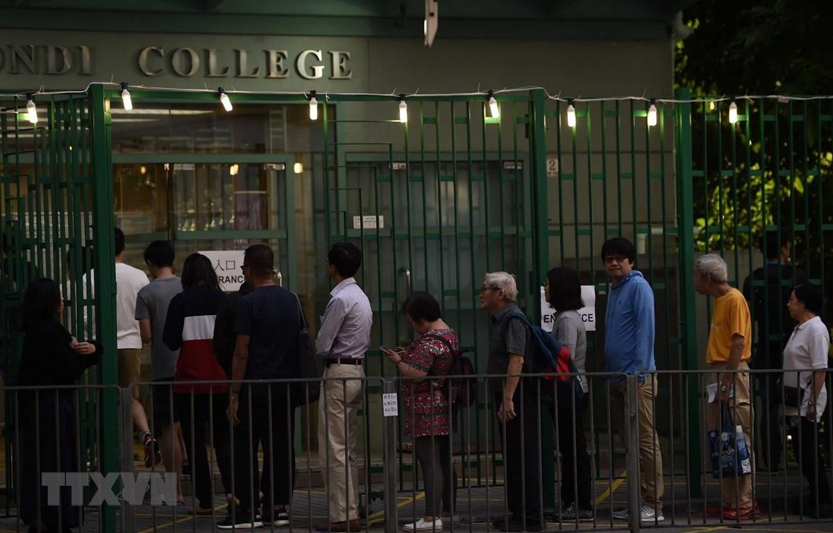 Người dân xếp hàng chờ bỏ phiếu bầu các thành viên Hội đồng cấp quận tại điểm bầu cử ở Hong Kong (Trung Quốc) ngày 24-11. Ảnh: AFP/TTXVN