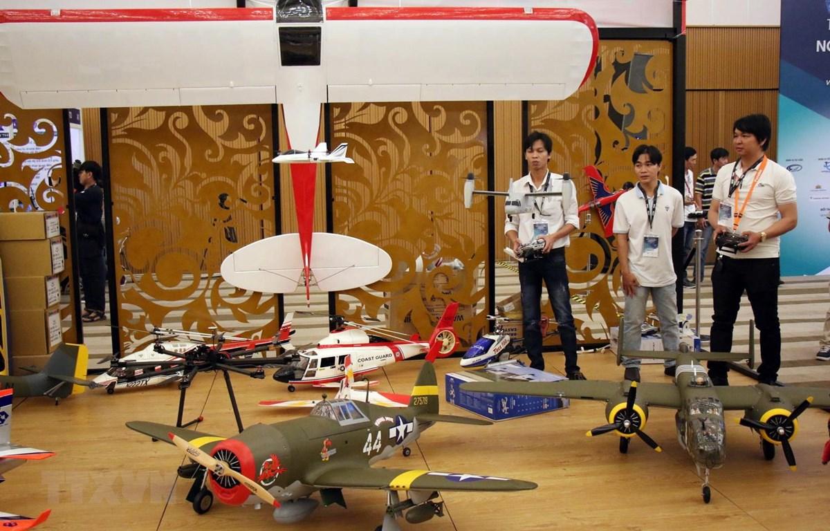 Máy bay mô hình điều khiển từ xa được giới thiệu tại Triển lãm. (Ảnh: Tiến Lực/TTXVN)