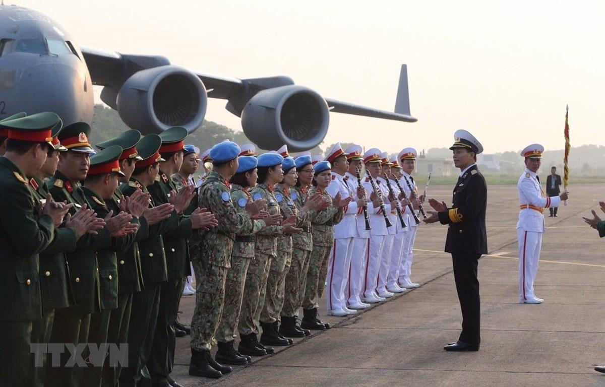 Chuẩn Đô đốc Nguyễn Trọng Bình, Phó Tổng Tham mưu trưởng Quân đội Nhân dân Việt Nam động viên cán bộ, nhân viên Bệnh viện dã chiến cấp 2 số 2 trước khi sang Phái bộ Nam Sudan thực hiện nhiệm vụ. (Ảnh: Dương Giang/TTXVN)