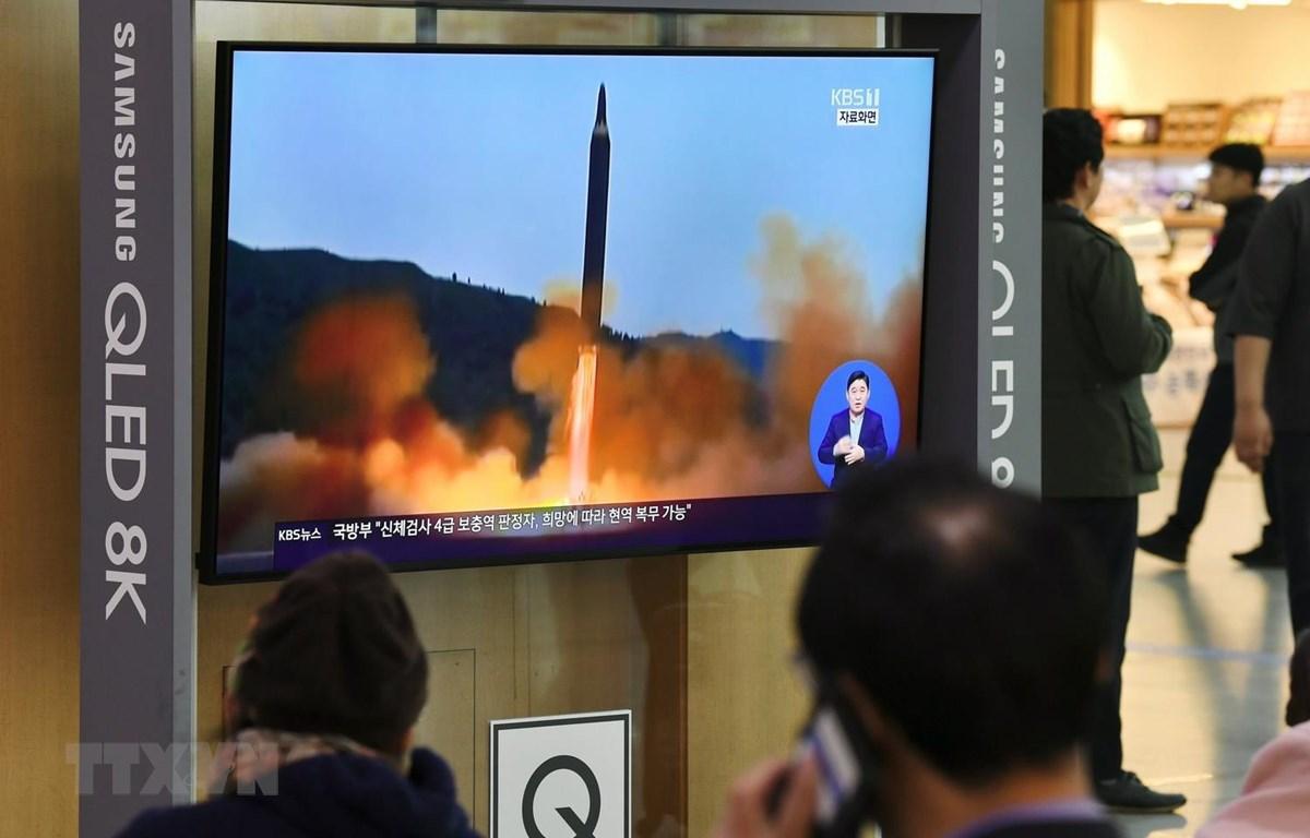 Người dân theo dõi vụ phóng vật thể bay của Triều Tiên qua màn hình tivi ở nhà ga Seoul, Hàn Quốc ngày 31/10 vừa qua. (Ảnh: AFP/TTXVN)