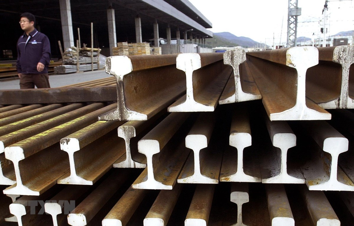 Sản phẩm thép được xếp tại cảng ở Busan, Hàn Quốc. (Ảnh: AFP/TTXVN)