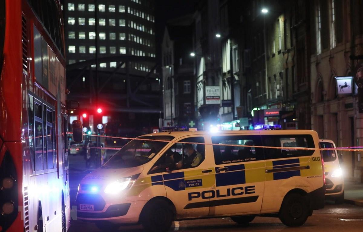 Cảnh sát Anh phong tỏa khu vực quanh cầu London sau vụ tấn công bằng dao, tối 29/11. (Ảnh: AFP/TTXVN)