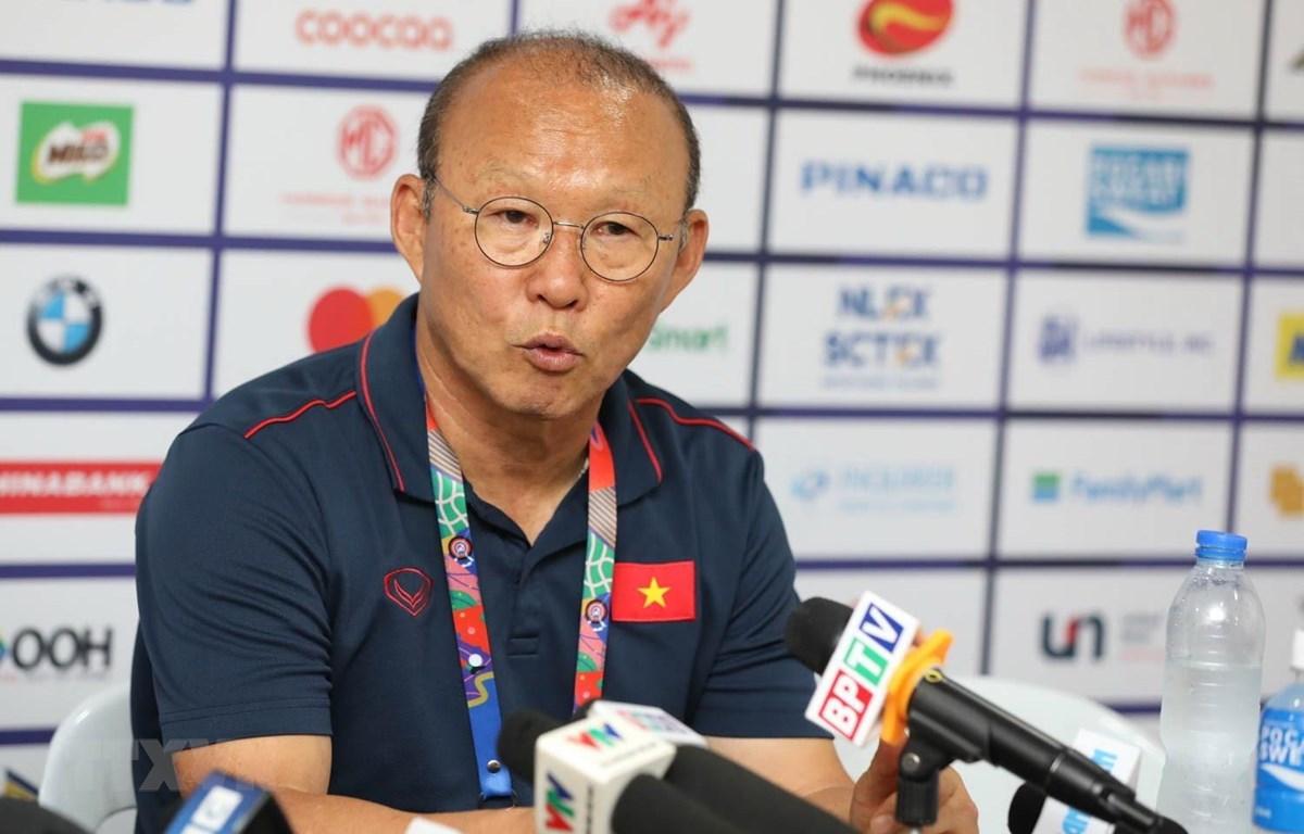 Huấn luyện viên Park Hang Seo phát biểu tại một cuộc họp báo. (Ảnh: Hoàng Linh/TTXVN)