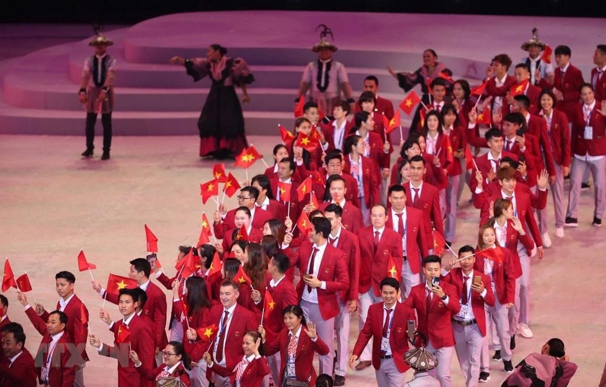 Đoàn thể thao Việt Nam diễu hành trong lễ khai mạc với 856 thành viên, tranh tài ở hơn 40 nội dung. (Ảnh: Hoàng Linh/TTXVN)