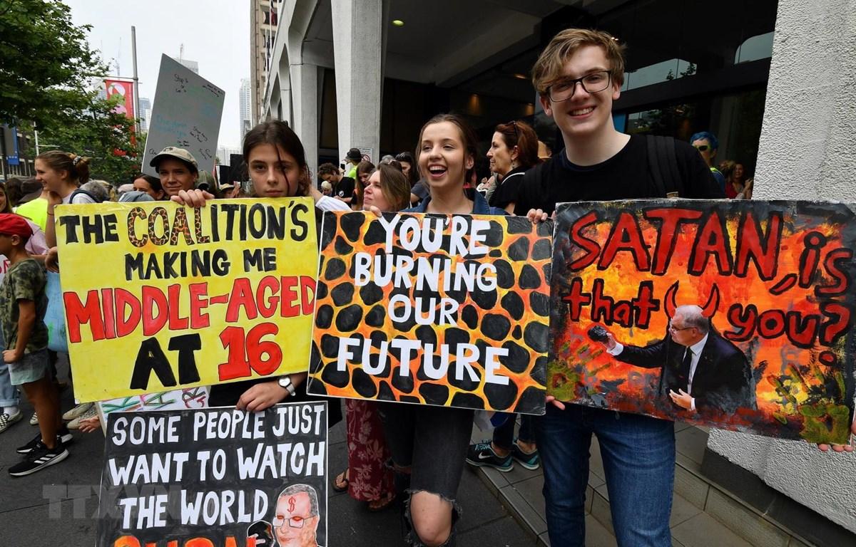 Sinh viên Australia tham gia cuộc tuần hành chống biến đổi khí hậu tại Sydney, ngày 29/11 vừa qua. (Ảnh: AFP/TTXVN)