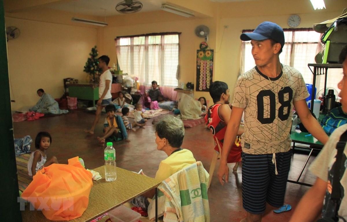 Người dân sơ tán tránh bão Kammuri tại Legaspi, Philippines, ngày 2/12. (Ảnh: AFP/TTXVN)
