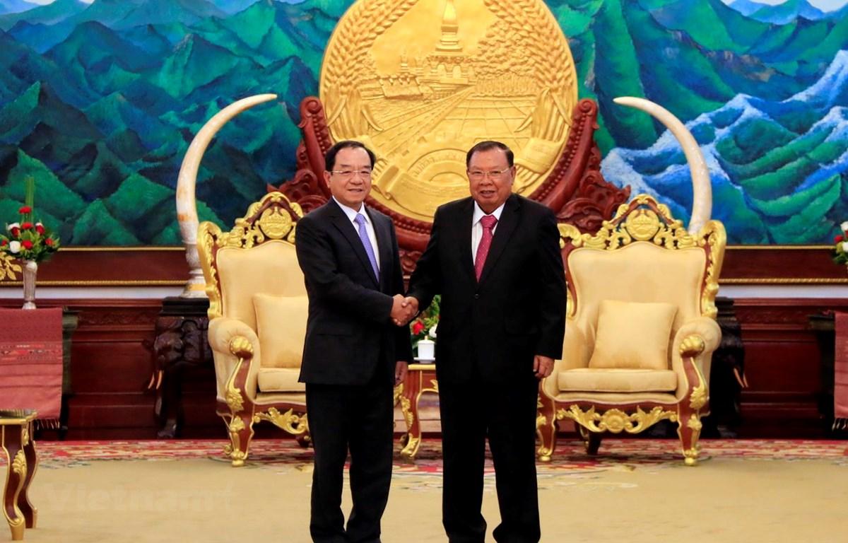 Tổng Bí thư, Chủ tịch nước Lào Bounnhang Vorachith tiếp thân mật ông Đào Việt Trung. (Ảnh: Phạm Kiên/Vietnam+)