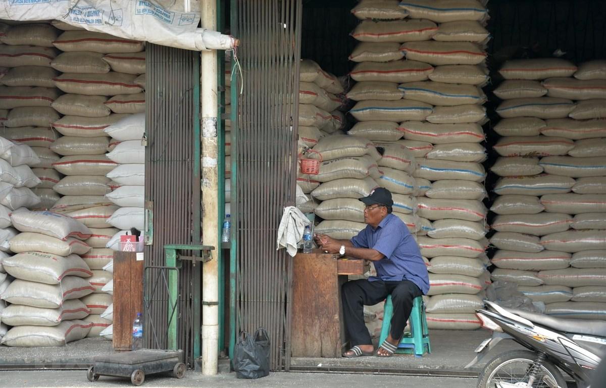 Một quầy bán gạo tại chợ ở thủ đô Jakarta của Indonesia. (Ảnh: AFP/TTXVN)