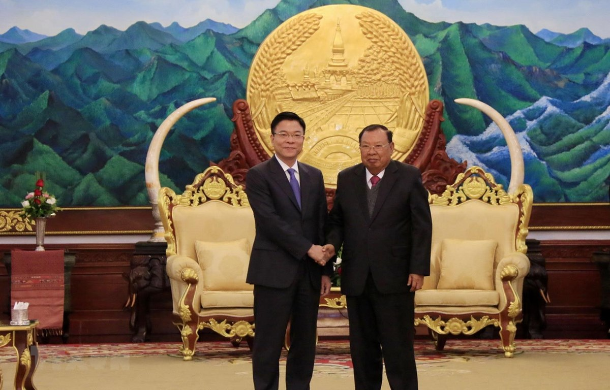Tổng Bí thư, Chủ tịch nước Lào Bounnhang Vorachith tiếp thân mật Bộ trưởng Bộ Tư pháp Lê Thành Long. (Ảnh: Phạm Kiên/TTXVN)