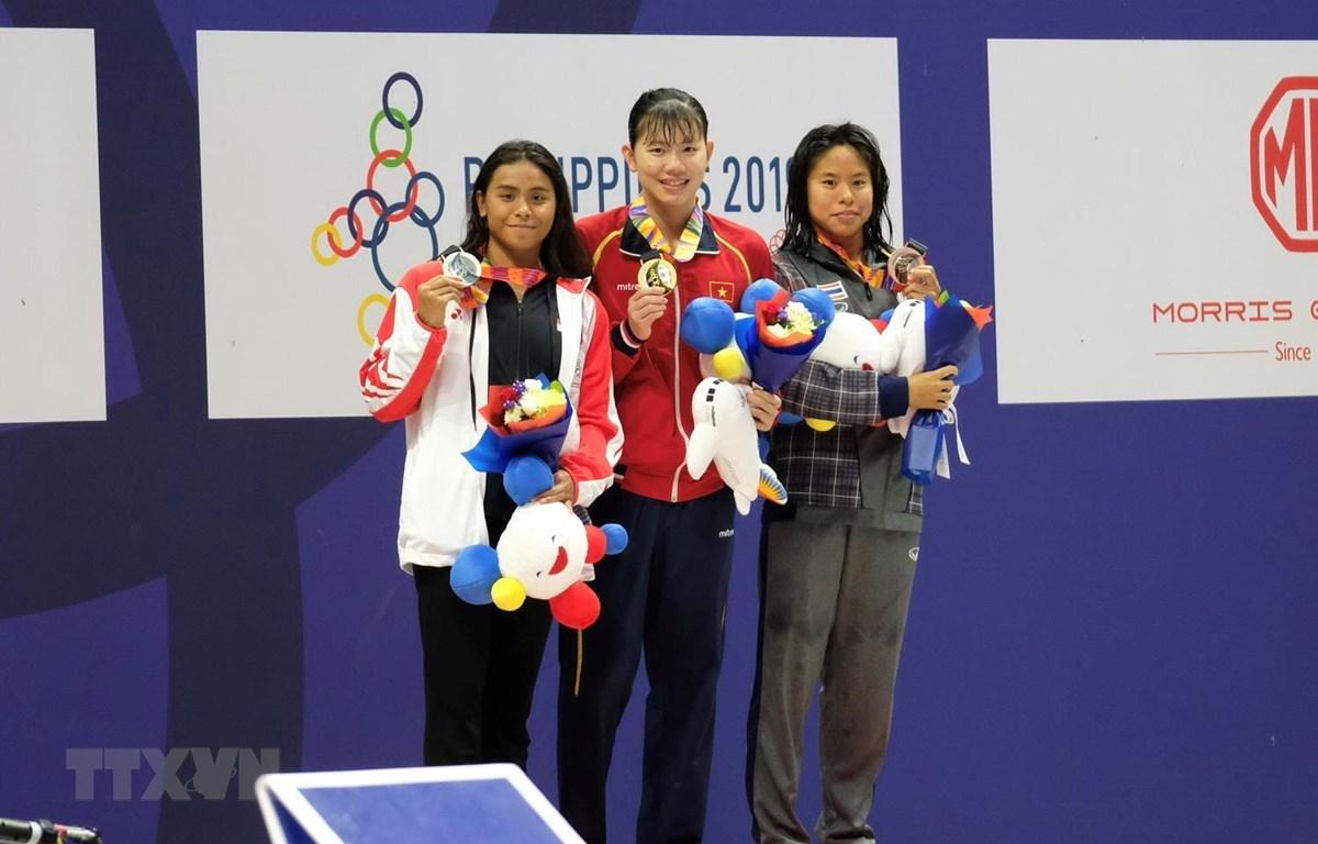 VĐV Ánh Viên (giữa) trên bục nhận huy chương Vàng. (Ảnh: Vũ Anh Tú/TTXVN)