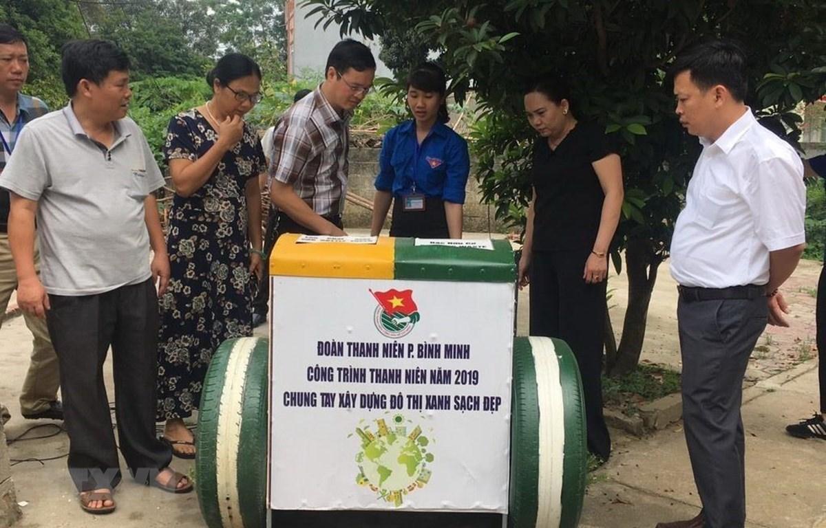 Đoàn thanh niên phường Bình Minh kết hợp với Đoàn thanh niên Phân hiệu Đại học Thái Nguyên tại Lào Cai đã cho ra mắt sản phẩm thùng rác thông minh với nhiều tiện ích vượt trội. (Ảnh: Hương Thu/TTXVN)