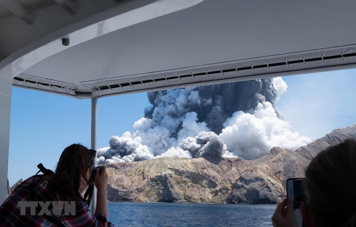 Tro bụi phun lên từ miệng núi lửa White Island tại New Zealand ngày 9/12. (Ảnh: THX/TTXVN)