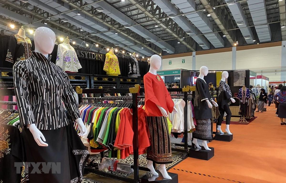Góc trưng bày các sản phẩm may mặc tại Hội chợ. (Ảnh: Hữu Chiến/TTXVN)