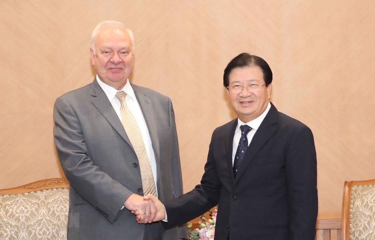 Phó Thủ tướng Trịnh Đình Dũng tiếp Đại sứ đặc mệnh toàn quyền Liên bang Nga tại Việt Nam Konstantin Vnukov. (Ảnh: Doãn Tấn/TTXVN)