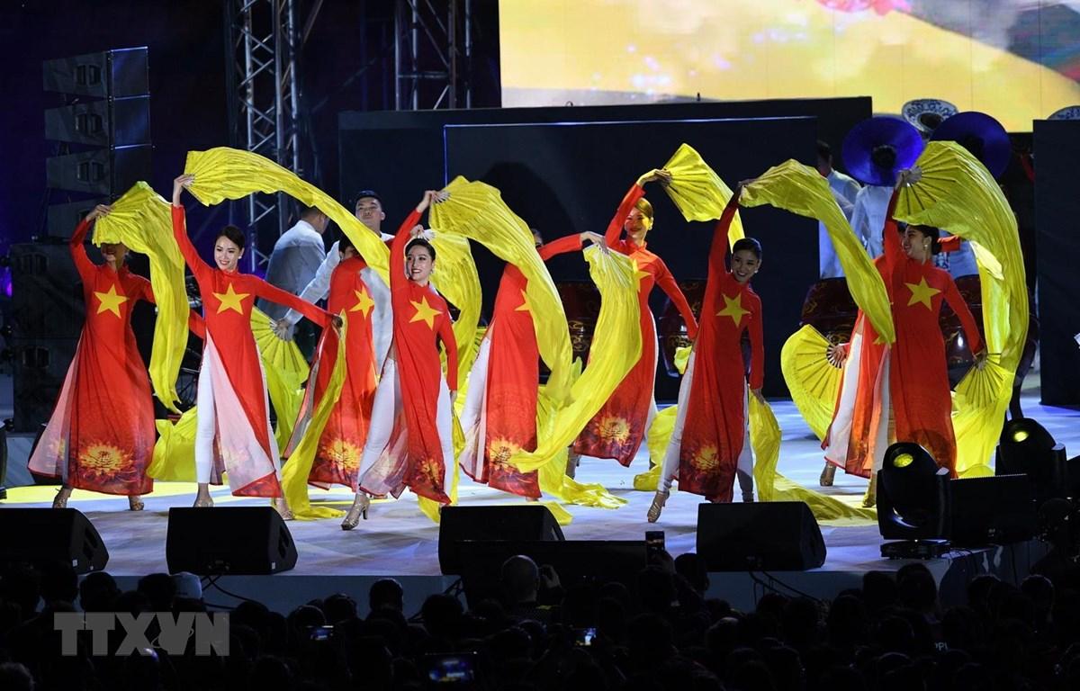Đoàn Việt Nam biểu diễn tại lễ bế mạc SEA Games 30 ở thành phố New Clark của Philippines, ngày 11/12. (Ảnh: AFP/TTXVN)