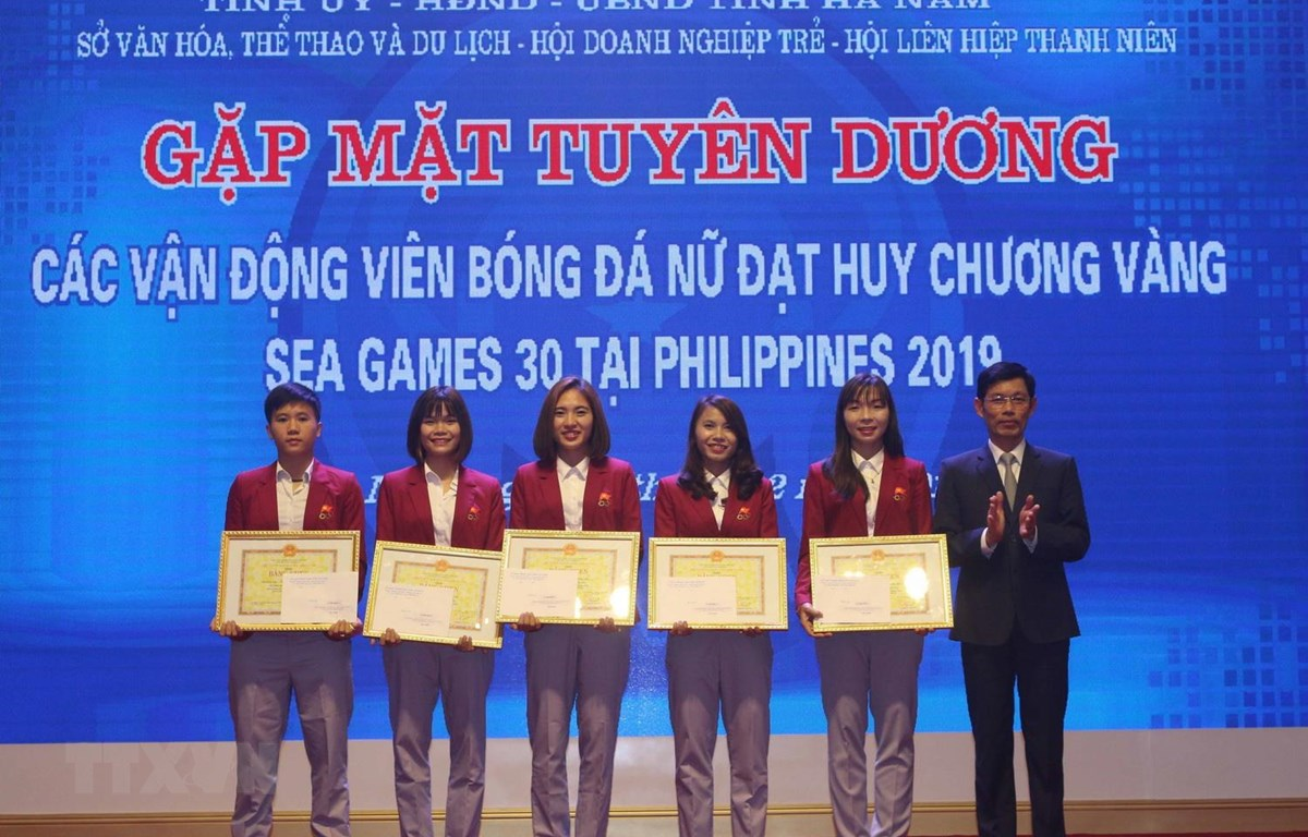 Trao Bằng khen của UBND tỉnh Hà Nam tặng 5 nữ cầu thủ. (Ảnh: Nguyễn Chinh/TTXVN)