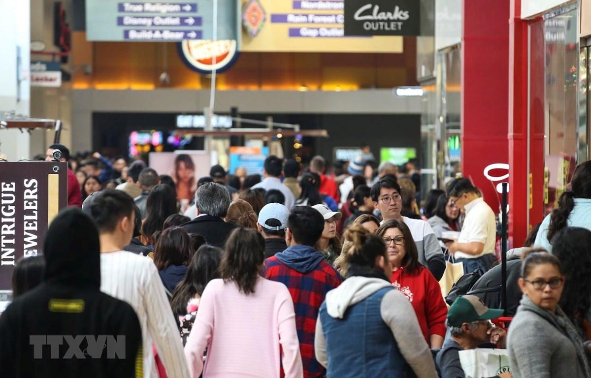 Người dân mua sắm trong dịp Lễ Tạ ơn ở Ontario, California của Mỹ, ngày 29/11 vừa qua. (Ảnh: THX/TTXVN)