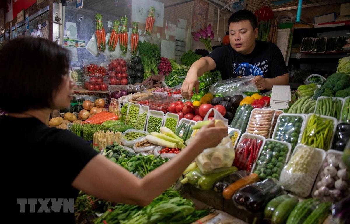 Một quầy bán rau quả tại chợ ở Bắc Kinh của Trung Quốc. (Ảnh: AFP/TTXVN)