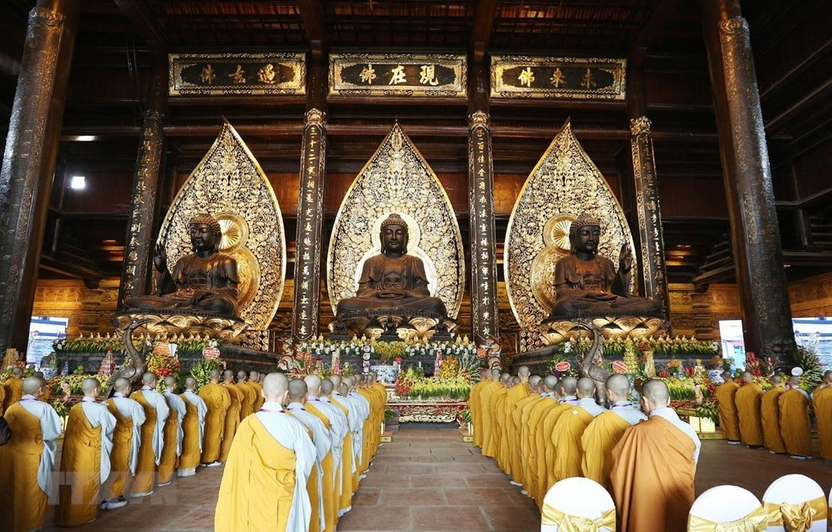 Quang cảnh nghi thức lễ Tắm Phật tại điện Tam Thế, chùa Tam Chúc. (Ảnh: Dương Giang/TTXVN)