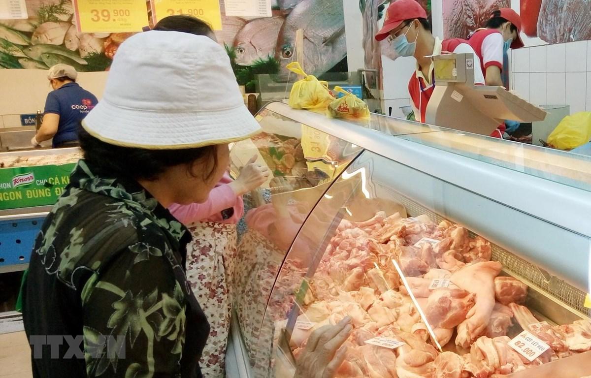 Người tiêu dùng chọn mua thịt sạch tại siêu thị BigC. (Ảnh: Đỗ Phương Anh/TTXVN)