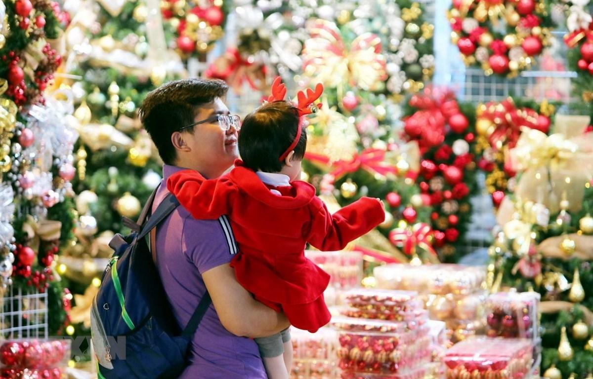 Người dân mua sắm đồ trang trí cho mùa Giáng sinh. (Ảnh: Thành Đạt/TTXVN)
