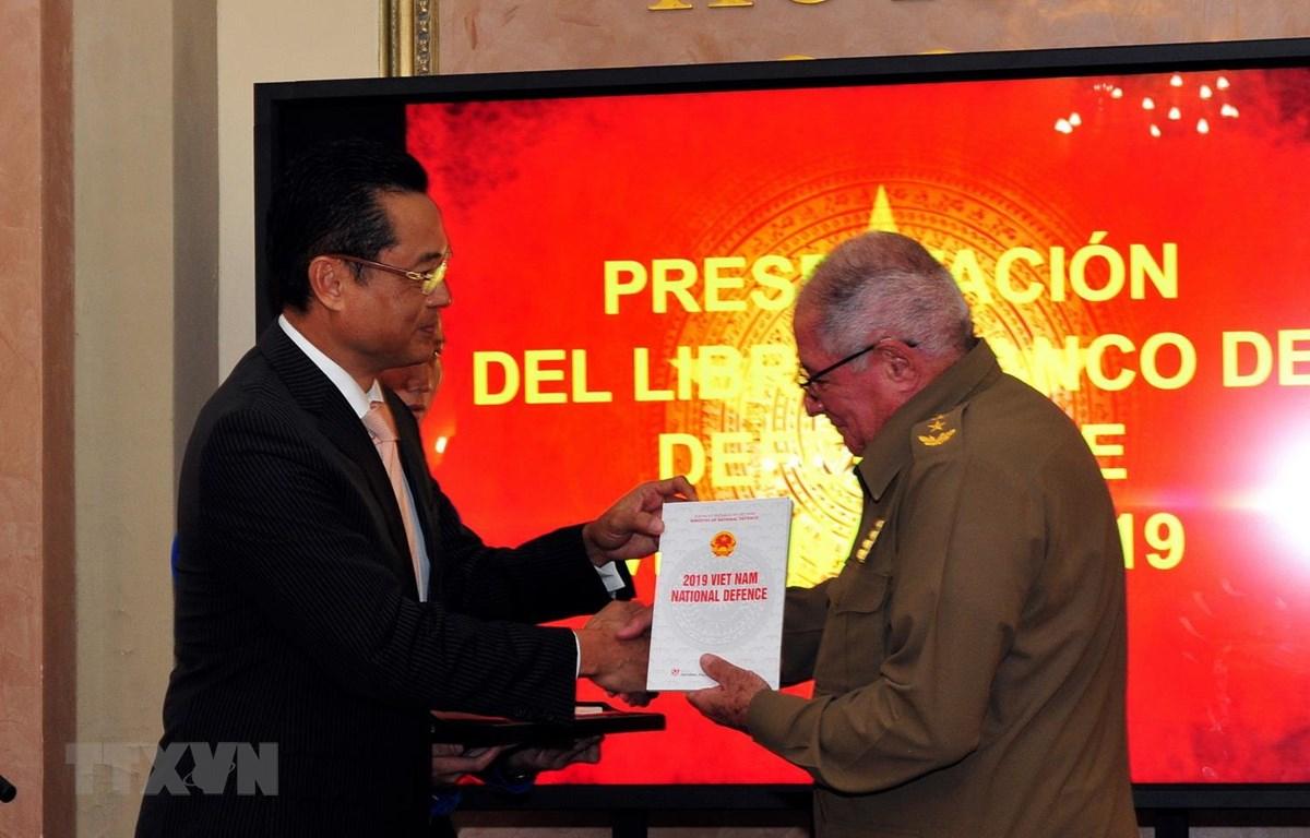 Đại sứ Việt Nam tại Cuba Nguyễn Trung Thành trao tặng Sách trắng Quốc phòng Việt Nam 2019 cho Thượng tướng Alvaro Lopez Miera, Ủy viên Bộ Chính trị, Tổng tham mưu trưởng và Thứ trưởng thứ nhất Bộ Các lực lượng vũ trang cách mạng Cuba. (Ảnh: Vũ Lê Hà/TTXVN