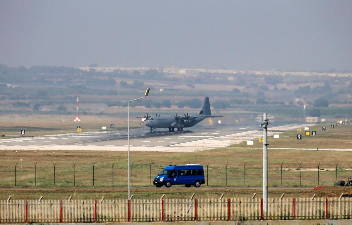 Máy bay quân sự Hercules C-130 tại căn cứ không quân Incirlik, ngoại ô Adana, Thổ Nhĩ Kỳ. (Ảnh: AFP/TTXVN)