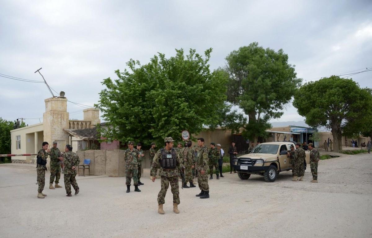 Lực lượng an ninh Afghanistan được triển khai tại hiện trường vụ tấn công nhằm vào một căn cứ quân sự ở tỉnh Balkh. Ảnh: AFP/TTXVN
